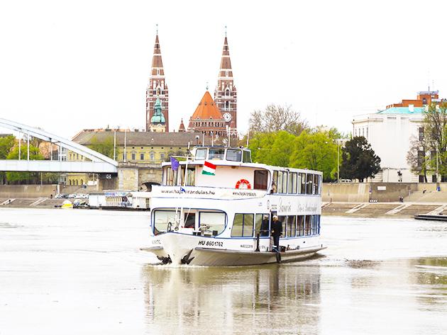 Családi kaland: 1 órás sétahajózás a Tiszán 2 felnőtt + 2 gyermek részére a hajokirandulas.hu jóvoltából / Szegedről vagy más tisza parti városokból indulva