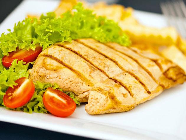 PÁROS NYÁRI MENÜ - Castrum Café & Restaurant / Szentendre - Roston csirkemell steak burgonyával és friss nyári salátával