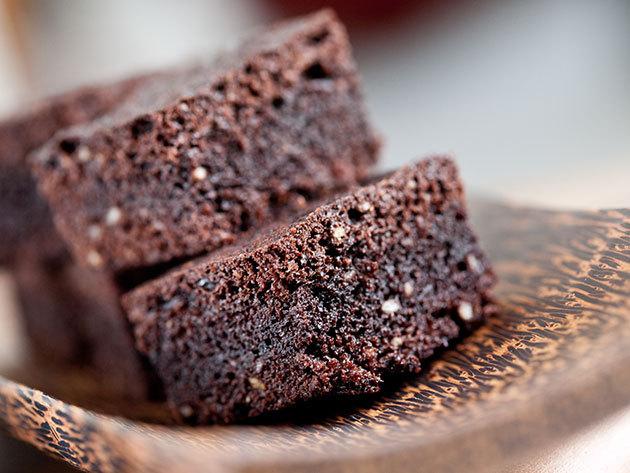 Duplacsokis brownie eperöntettel + olasz cappuccinó vagy limonádé 2 fő részére