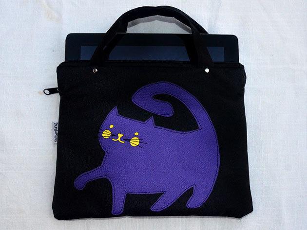 Lila Dagus (Fekete alapon lila cica) tablet táska