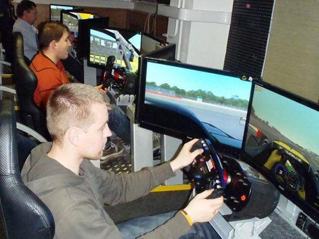 2 fő részére 1 óra vagy 1 fő részére 2 óra autóverseny szimulátorozás