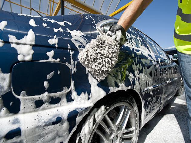 Külső–belső autómosás, viaszozással, gumiápolással, felni tisztítással, külső és belső műanyagok ápolásával, kárpitfrissítéssel