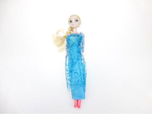 Szőke baba kék ruhában