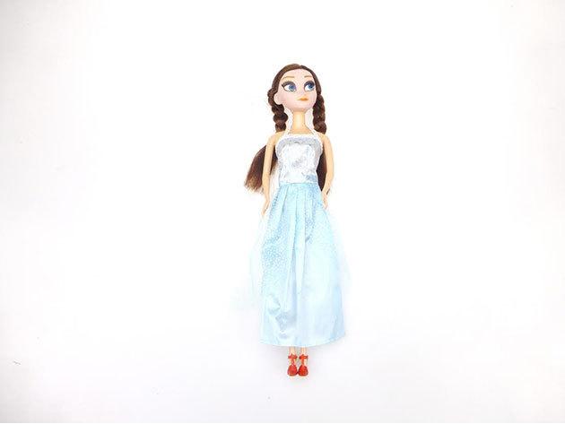 Barna baba kék ruhában
