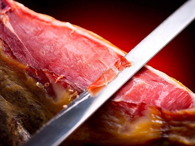 Minőségi SERRANO sonka (4-4,5 Kg) egyenesen Spanyolországból, speciális szeletelő készlettel a megfelelő tálaláshoz