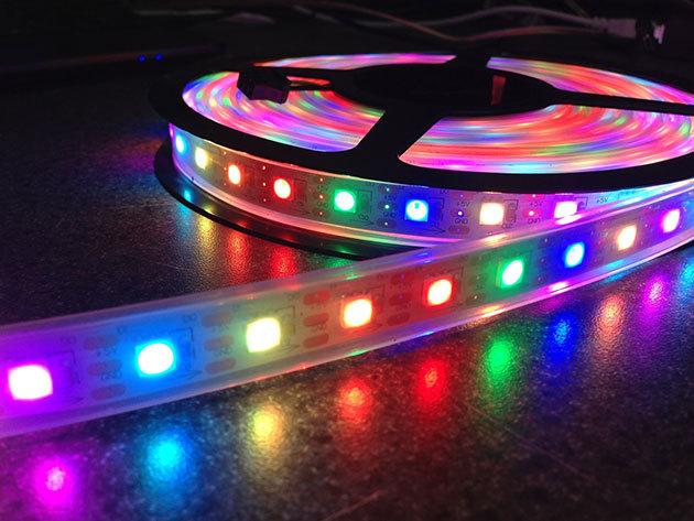 RGB led szalag - 5 méter hosszú beltéri dekorációs világítás, távirányítóval vezérelhető, öntapadós
