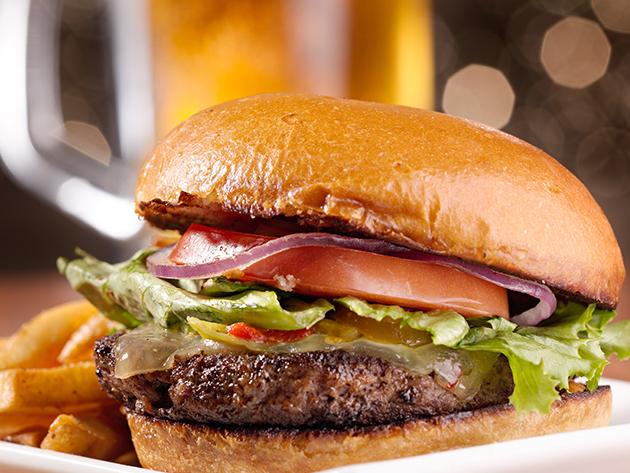 Retró kézműves hamburger menü 2 személyre Szentendrén, a Castrum Café & Restaurant jóvoltából
