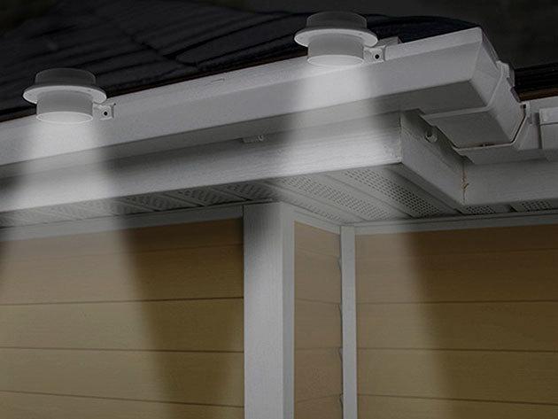 Napelemes fényforrás 3 LED-del, mely ereszcsatornára, erkélyre vagy kerítésre helyezhető