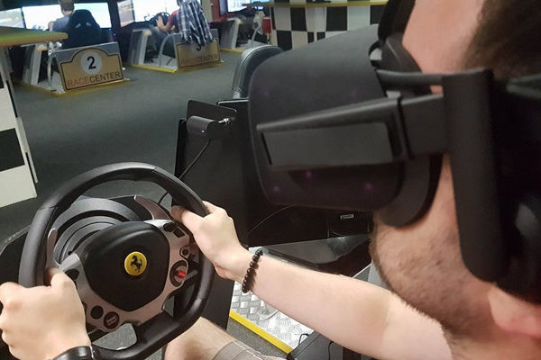 VIRTUAL REALITY SZIMULÁTOR! Igazi vérpezsdítő egy órás VR autóverseny a Race Centerben 1-4 főnek
