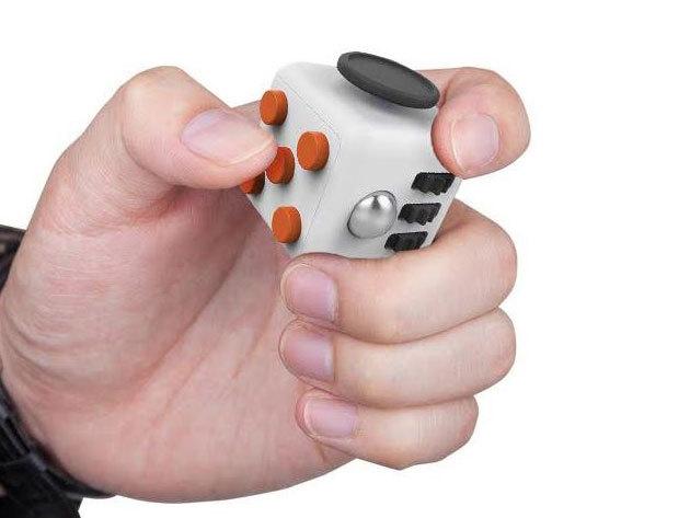 Stresszoldó kocka - a pörgők, gombok, görgők, kapcsolók mind segíthetnek csökkenteni és megszüntetni a szorongást