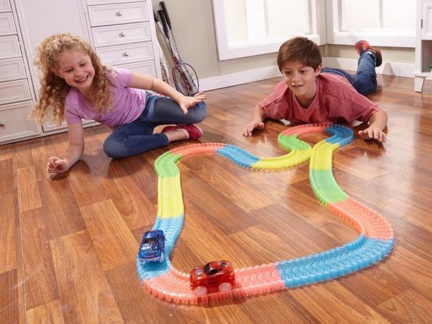 Magic Race autópálya LED világítású kisautóval / 2,2 méter hosszú mágikus autópálya flexibilis kialakítással