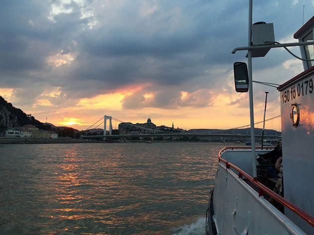 Sétahajó forró welcome drinkkel - 1 órás program a Dunán, Budapest legszebb látványosságainak panorámájával /fő