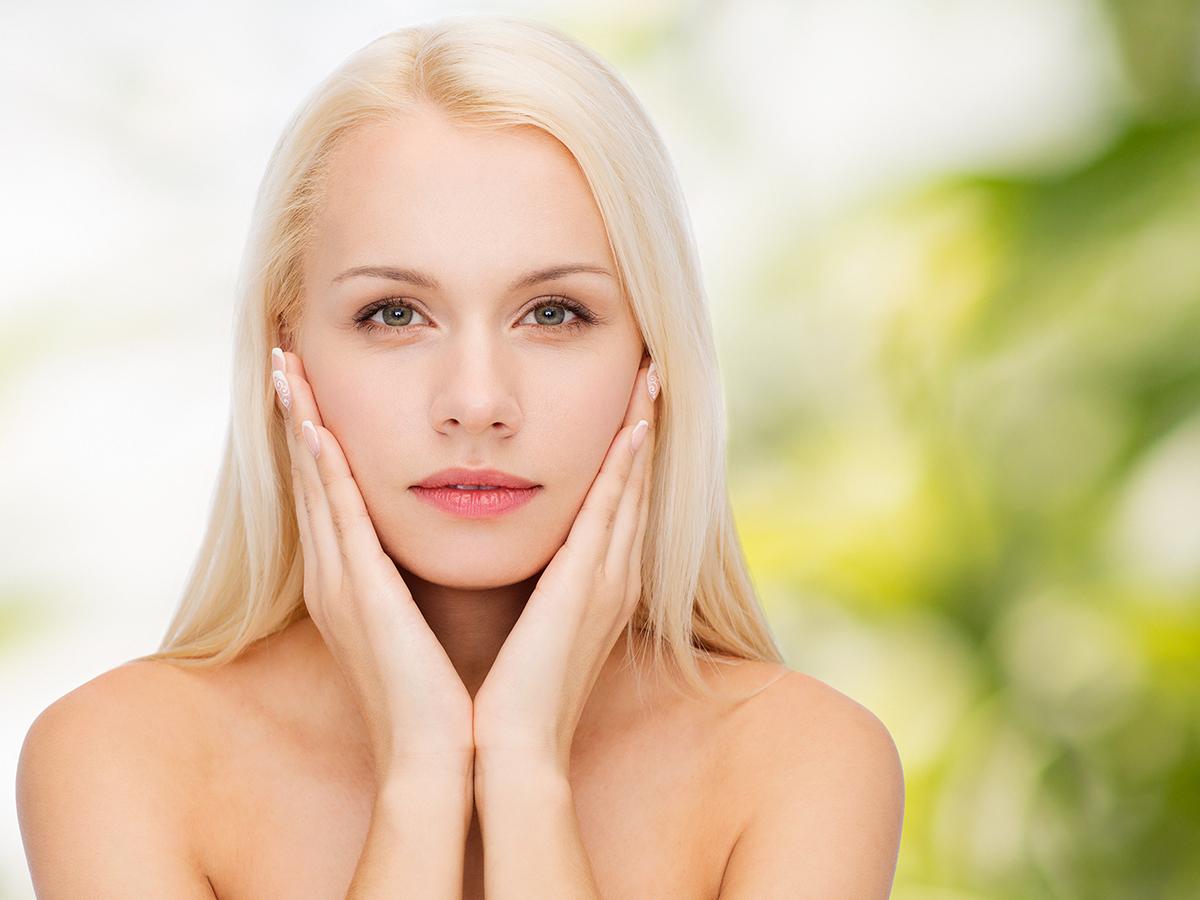 Tisztító, hidratáló arckezelés natúr kozmetikumokkal + ajándék szemöldökszedés a II. kerületi Yes! Hair Beauty Szalonban