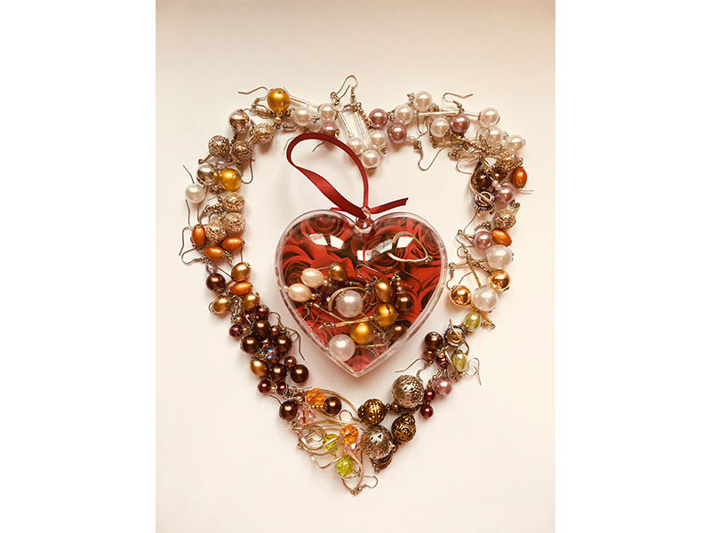 Szívbe zárt fülbevalók - 4 pár (kicsi szív díszboboz, benne színes bijoux fülbevalók)