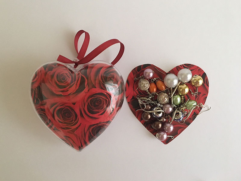 Szívbe zárt fülbevalók - 8 pár(nagy szív doboz, benne figurás fülbevalók)