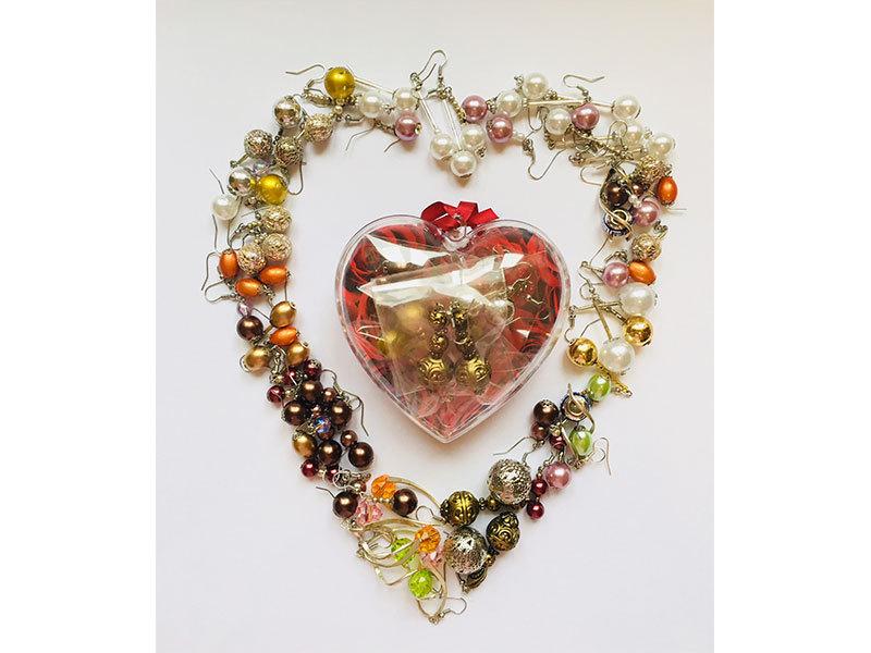 Szívbe zárt fülbevalók - 8 pár (nagy szív doboz, benne bijoux fülbevalók)