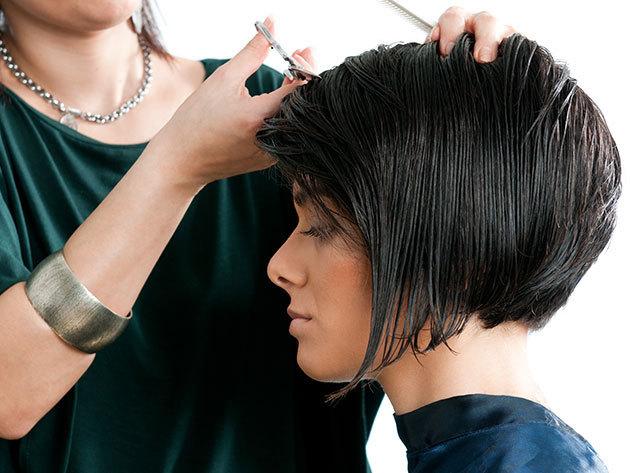Mosás, fejmasszírozás, vágás, szárítás rövid hajra, a Yes Hair Szalonban