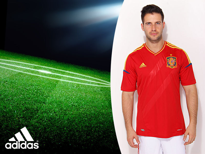 Adidas futballmezek és sportpólók férfiaknak, most OUTLET áron S-XXL méretig: DVSC, New Castle United, spanyol válogatott címerrel / prémium minőség