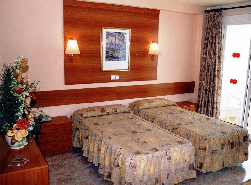 2108. 07.21-08.15. között Hotel Riviera *** Santa Susanna-ban 8nap/7éj 2 főnek repülővel, félpanzióval, illetékkel