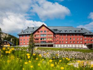 Hotelansicht-jufa-hotel-hochkar-sport-resort-frontal-wiese-sommer-940x705__1__middle