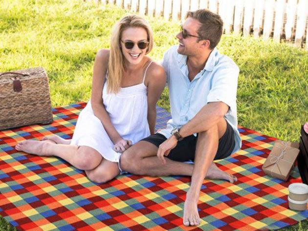 Piknik takaró vízhatlan alsó borítással, méret: 130x150 cm, felcsavarható, kockás minta - Irány a természet!