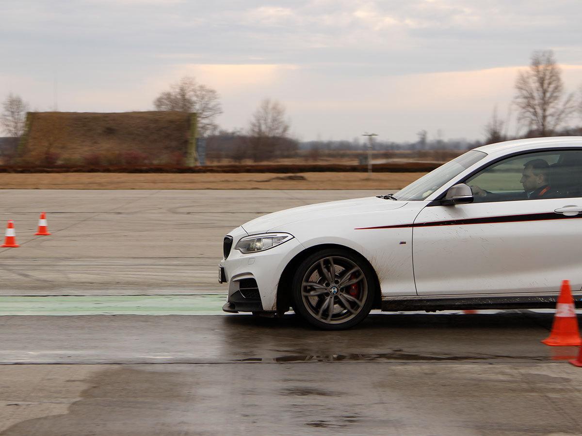 Személyre szabott 3 órás vezetéstechnikai tréning (Saját autóval) + 3 kör BMW vezetése / fő