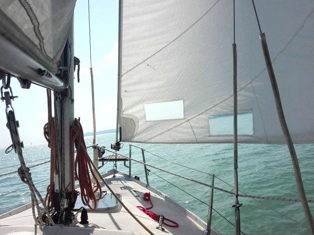 """2 órás élményvitorlázás, 2 fő részére a Balatonon, a 24 lábas """"Memorie"""" fedélzetén!"""