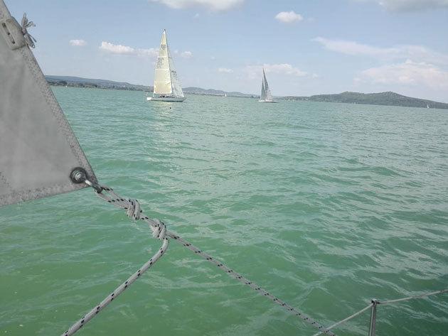 """2 órás élményvitorlázás, 5 fő részére a Balatonon, a 24 lábas """"Memorie"""" fedélzetén!"""