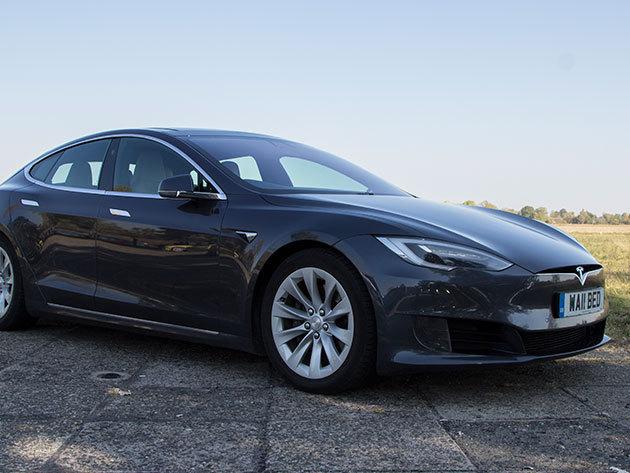 Városi vezetés egy Tesla modell S 85 D-vel - 30 perc