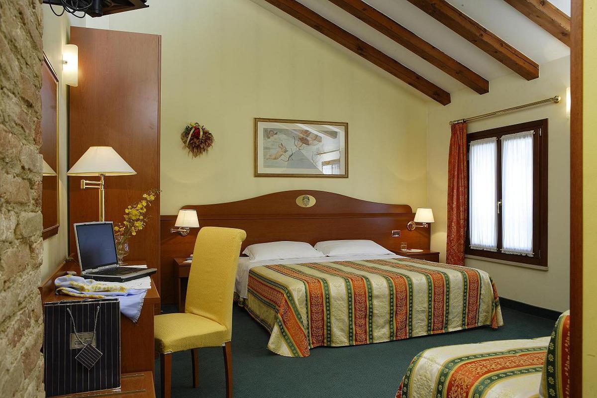 Hotel Antico Moro*** Velence 3 nap 2 éjszaka 2 fő részére Deluxe szobában reggelivel  2 Casino jegy Velencébe vagy Mestre-be (Hétköznap)