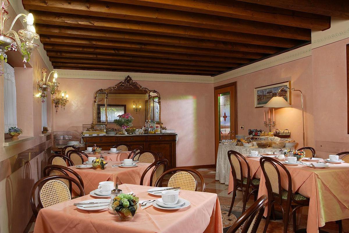 2020.03.31-ig hétvégi ajánlat: 3 nap 2 éj 2 fő részére Deluxe szobában reggelivel 2 Casino jegy Velencébe vagy Mestre-be