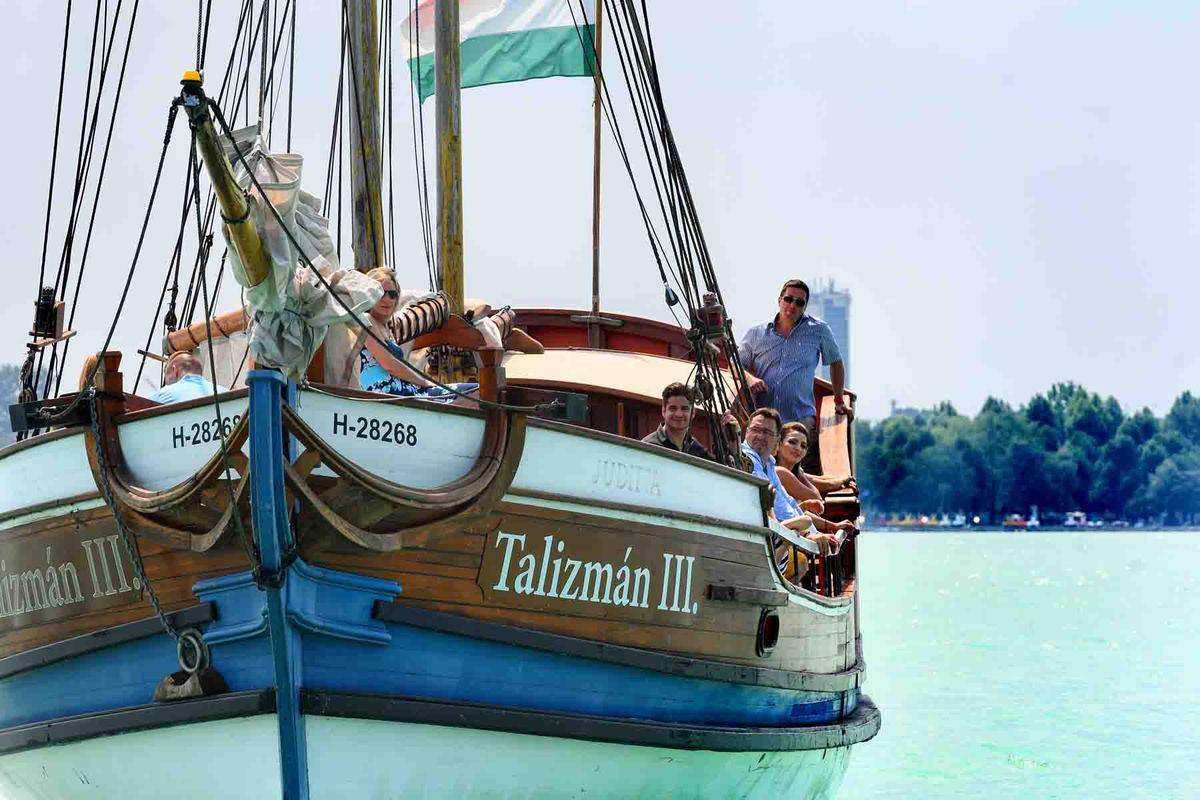 Vitorlázás a Balatonon: 2,5 órás gasztro és fürdő hajó (az alkoholos italfogyasztás + 1000 Ft / fő)