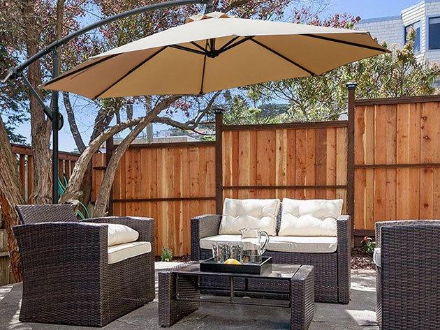 Függő napernyő:  2,7 méter átmérővel, krém vagy kakhi színben, stabil vázzal, UV védelemmel
