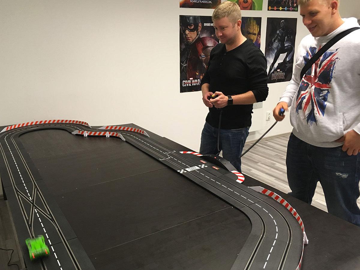 Mini autóverseny nem csak kicsiknek, egy közel 10 m hosszú versenyautó pályán, 4 fő részére