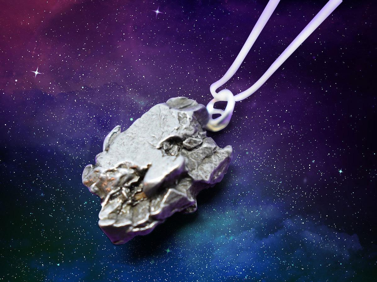 Meteorit medál - egyedi ékszer az űrből, kb. 15 mm átmérőjű függő