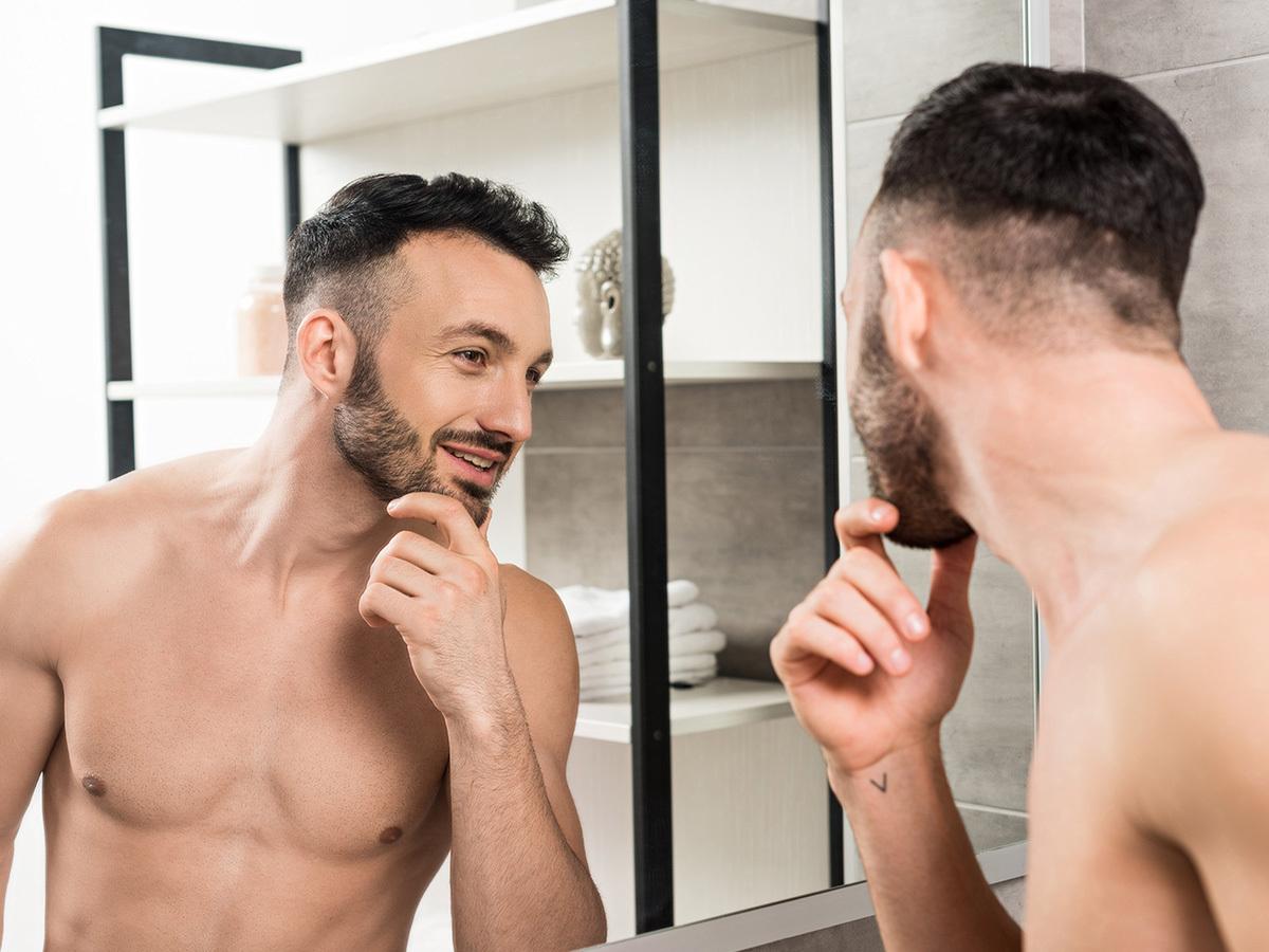 Ápoló férfi arctisztítás ultrahangos kezeléssel