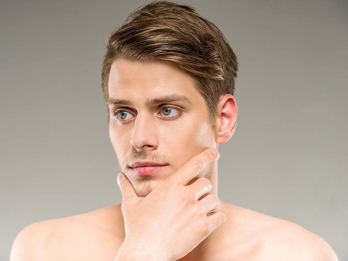Ápoló férfi arctisztítás ultrahangos kezeléssel / Lendvai studió, VI. kerület