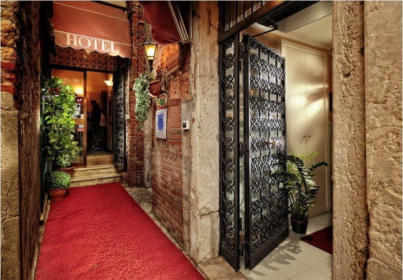 Középszezon - 4 nap 3 éjszaka 2 fő részére reggelivel és belépő a velencei Casino-ba (Hétvégén: P-V)