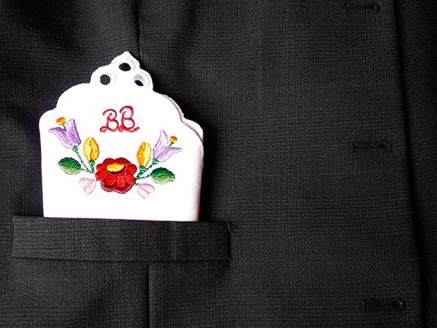 Kalocsai hímzéssel díszített, monogrammal ellátott zsebkendő