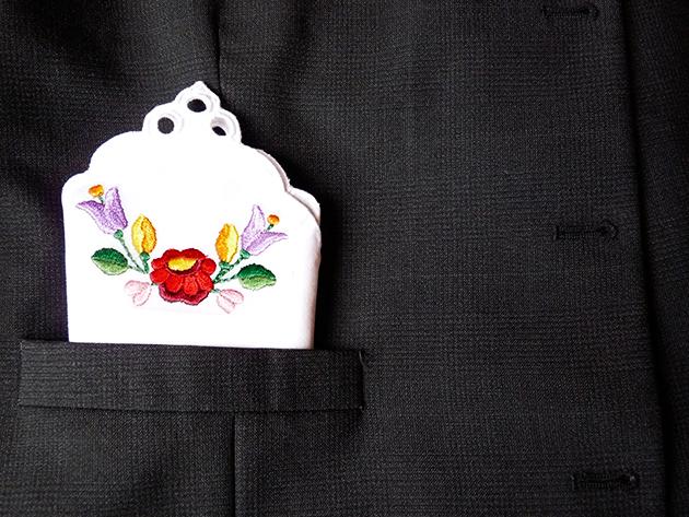Kalocsai hímzéssel díszített zsebkendő