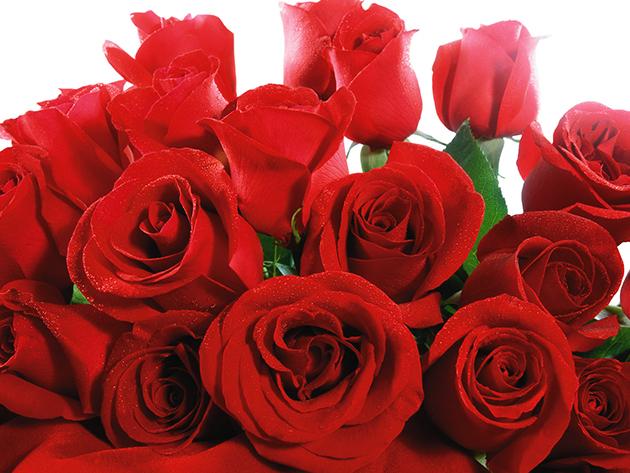 1 szál rózsa bokrétába kötve fonott kosárkában