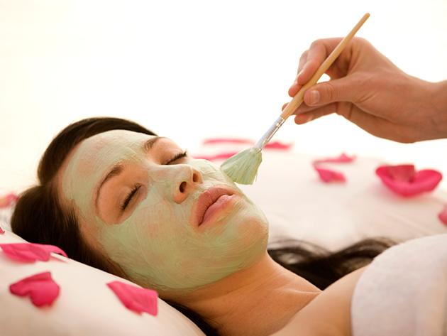 Oxigénes arcfiatalító kezelés kényeztető arc- és dekoltázs masszázzsal, szemöldökszedéssel