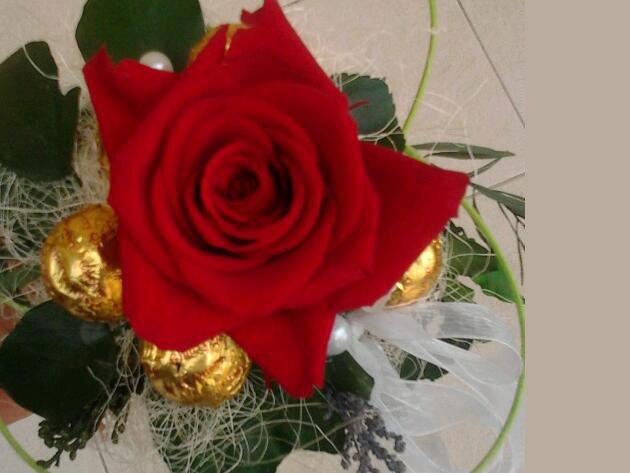 Örök rózsacsokor gravirozással diszítve, bonbonnal