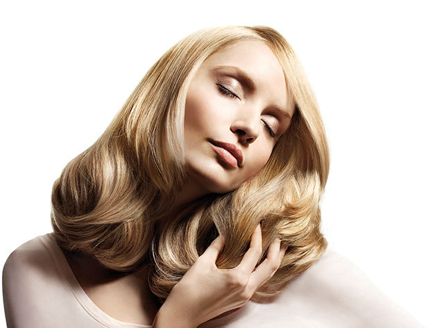 Női hajvágás mosással és ózonbúrás kezeléssel