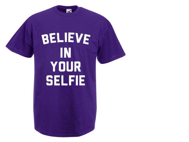 'Believe in your selfie' - kerek nyakú férfi póló