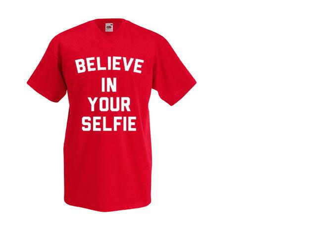 'Believe in your selfie' - V-nyakú férfi póló